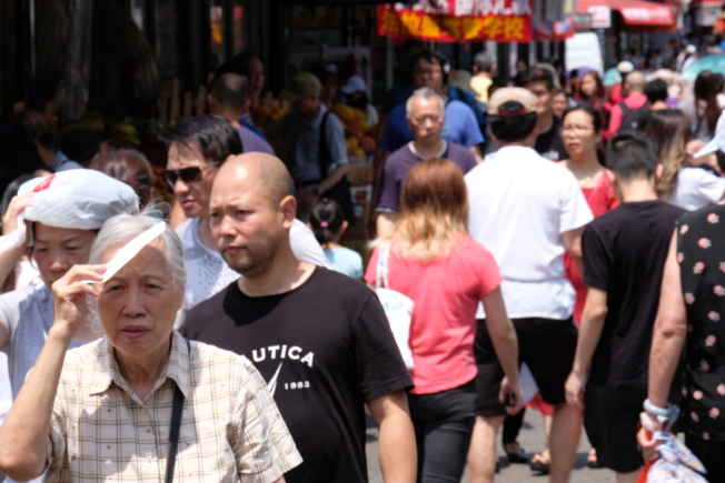 紐約市皇后區法拉盛的街頭,在晴朗的夏日,人流如織。(記者曹健╱攝影)