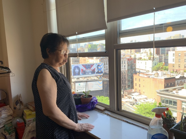陳月仙在曼哈頓的老人公寓中等待被判刑的兒子鄭海光歸來。(記者牟蘭/攝影)