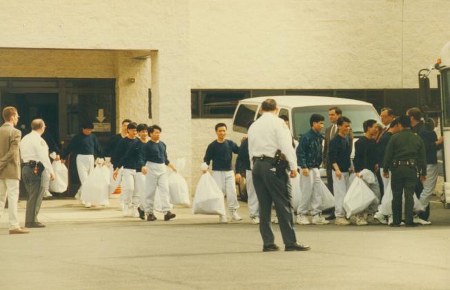 搭乘「金色冒險號」的偷渡客於1997年2月從賓州約克監獄釋放,個個滿懷欣喜。(本報檔案照)