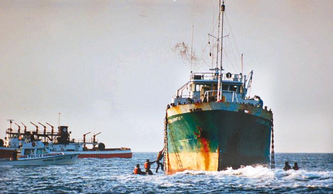 「金色冒險號」1993年6月6日在紐約皇后區洛克威外海擱淺。(美聯社)