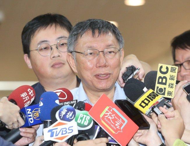 台北市長柯文哲(前)上午在市政府接受媒體訪問,被問到對於國民黨總統初選民調結果的看法。記者余承翰/攝影