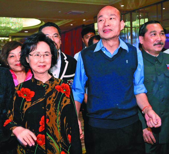 高雄市長韓國瑜今年四月與作家瓊瑤(左)一同出席高雄首創的瓊瑤宴。本報資料照
