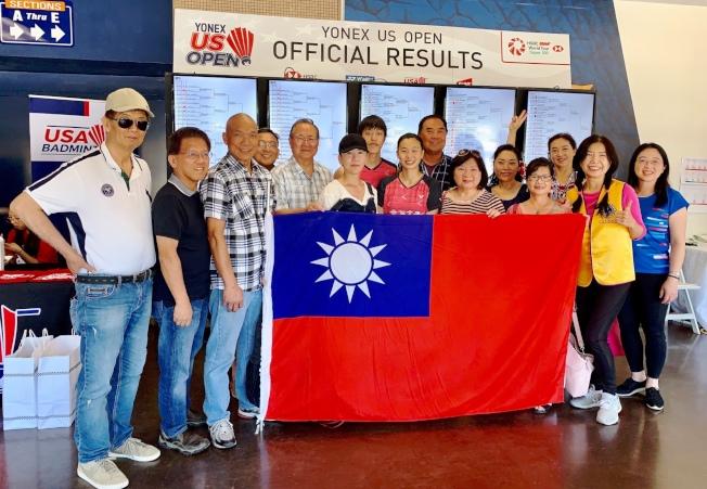 台灣僑胞為中華隊加油。(橙僑中心陳慈暉提供)