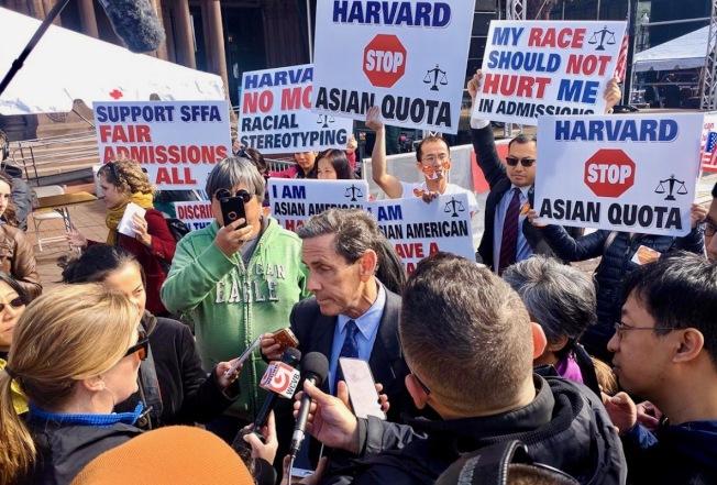 亞裔和主流人士抗議哈佛大學招生政策平衡族裔背景。(美國教育記者協會提供)