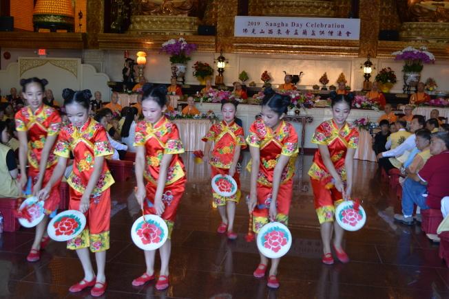 佛光山西來寺舉辦「 2019 盂蘭盆供僧法會」,聖地牙哥協會小朋友表演舞蹈。(記者啟鉻/攝影)