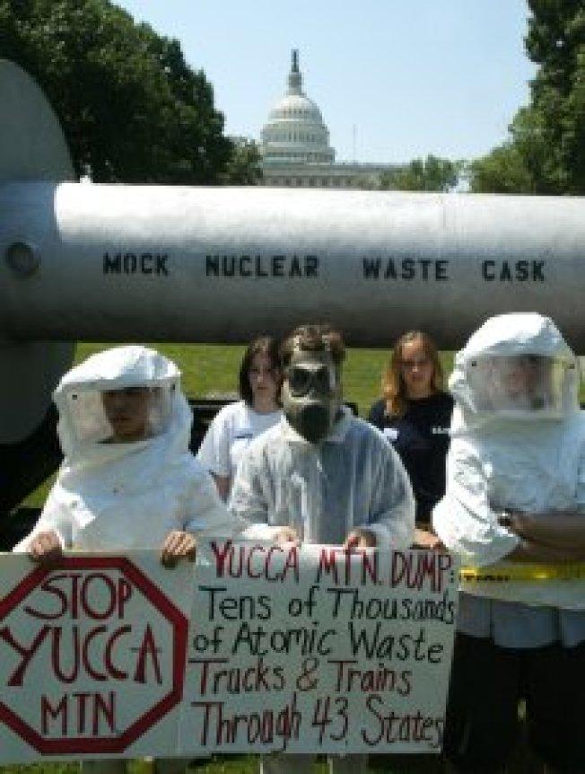 穿著核輻射保護衣的抗議者,2002年6月到華盛頓特區國會山莊示威。 (KTLA/Getty Images)