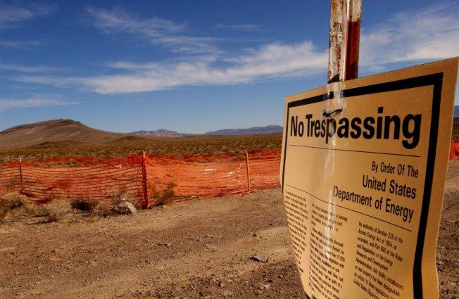 圖為2002年尤卡山核廢料場外禁止穿越進入的警告版。 (KTLA/Getty Images)
