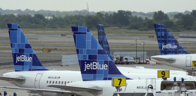 捷藍航空公司從新澤西州紐瓦克國際機場起飛的航班,在周末兩天先後發生導致航班機緊急疏散和緊急改降事件。圖為捷藍航空機隊。(美聯社)