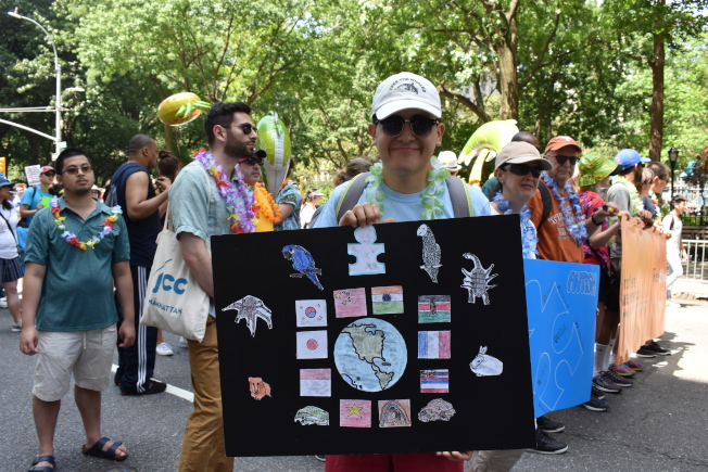 參加者手拿標語,籲打破社區對殘障者的歧視。(記者顏嘉瑩/攝影)