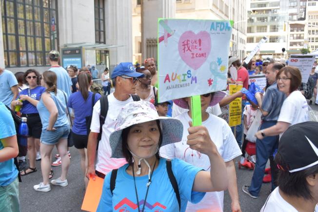 遊行者手上拿著「我能!」標語,籲打破社區對殘障者的歧視。(記者顏嘉瑩/攝影)