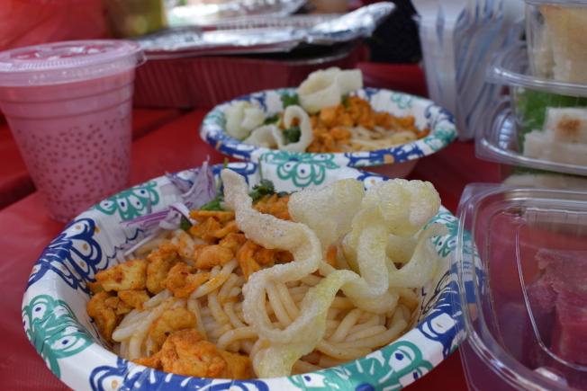 潑水節上有許多緬甸風味小吃。(記者顏嘉瑩/攝影)