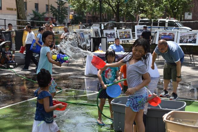 孩子們在第17屆「緬甸仲夏潑水節」開心地打水仗。(記者顏嘉瑩/攝影)