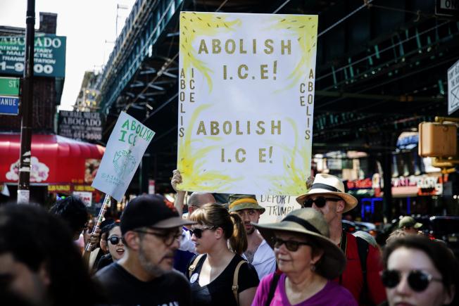 紐約市維權民眾14日在街頭舉牌要求廢除ICE。(美聯社)