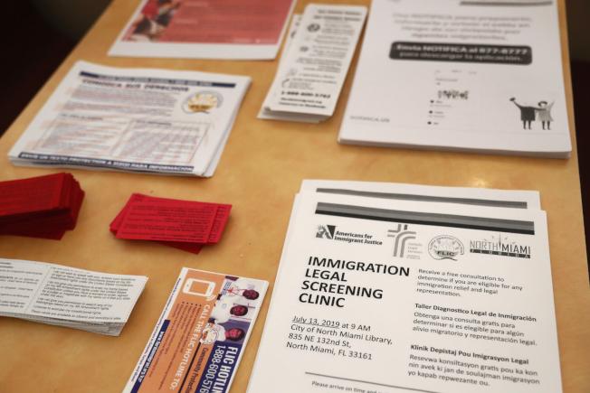 佛州小哈瓦納社區的餐館內,備有英語與西語的文宣小冊,教導無證移民如何躲避ICE探員的追捕。(美聯社)