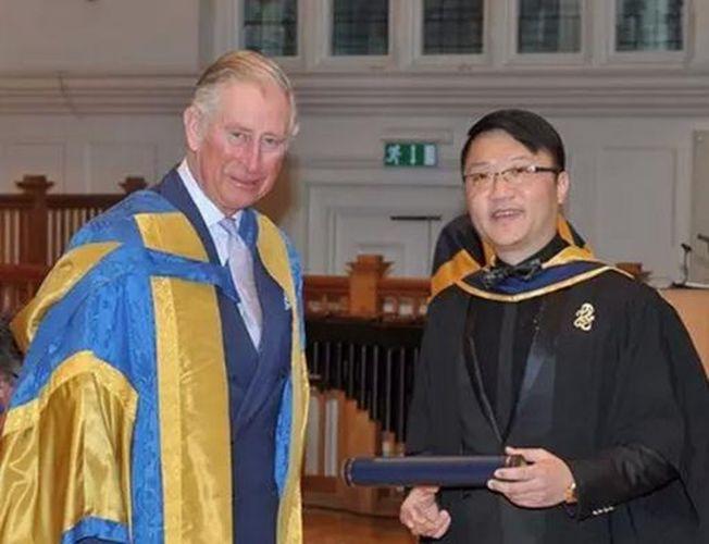 英國查爾斯王子(左)曾頒發英國皇家音樂學院榮譽學士證書給黃錚。(取材自鳳凰網)