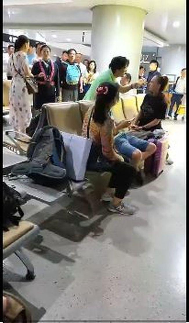 自稱南華早報前主編的黃天波在微博發文,指圖中穿綠衣者的黃錚,涉嫌在機場打傷他及孩子。(視頻截圖)