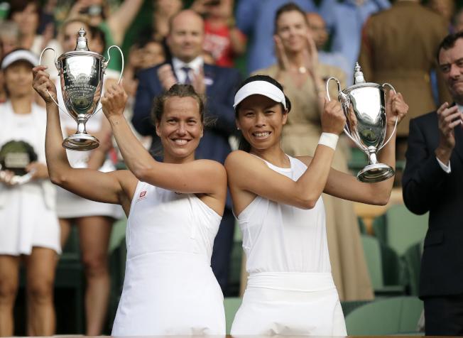 謝淑薇(右)和捷克搭檔史翠可娃(左)拿下溫網女雙冠軍。(美聯社)