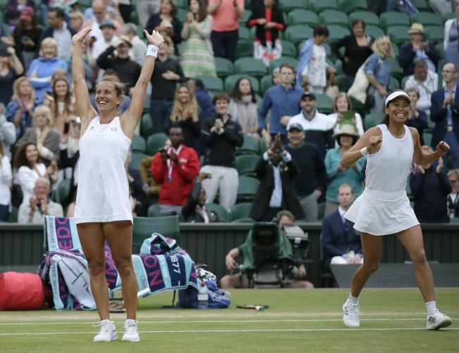 謝淑薇(右)和捷克搭檔史翠可娃(左)慶祝拿下女雙冠軍。(美聯社)