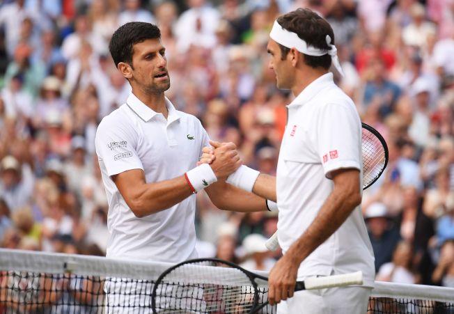 喬科維奇(左)賽後和費德勒(右)握手致意。(Getty Images)