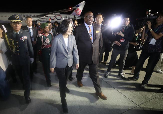 蔡英文總統(前左二)當地時間13日抵達友邦聖克里斯多福及尼維斯,總理哈里斯(Timothy Harris)(前左三)送蔡總統上車前往飯店。(中央社)