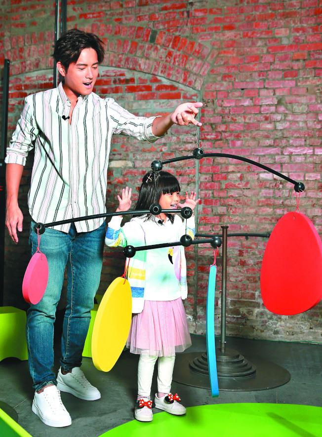宥勝(左)帶女兒逛龐畢度兒童藝術工作坊。(記者蘇健忠/攝影)