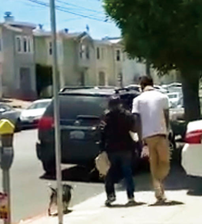 錄影帶可見,該非裔男子緊貼時介瑜的身體,持續罵她滾回中國。