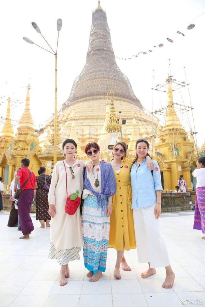 大S(左起)、范曉萱、小S、阿雅四個姐妹淘一起參加實境節目《我們是真正的朋友》。(取材自微博)
