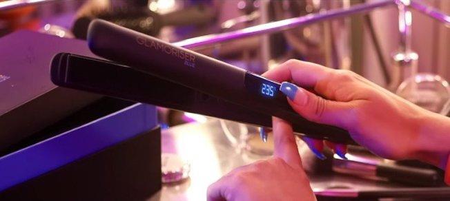英國髮型設計品牌公司開發出利用藍牙設定溫度以及捲度的離子夾,還能夠在藍牙範圍內支援遠端關閉。 (取材自Glamoriser官網)