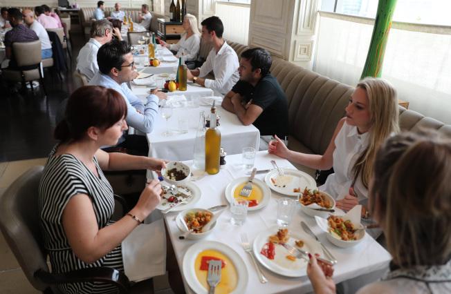 美國家庭平均每年花費近3400元外出用膳,四分之一美國人承認外食過多。(Getty Images)