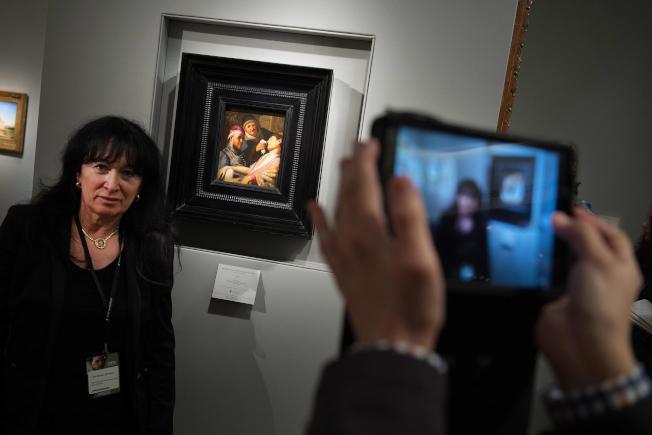 新澤西州的一場遺產拍賣會上,一幅破舊畫作竟是荷蘭大師林布蘭的原作「無意識的病人」。圖為在藝展預覽會中展出的這幅「無意識的病人」。(Getty Images)