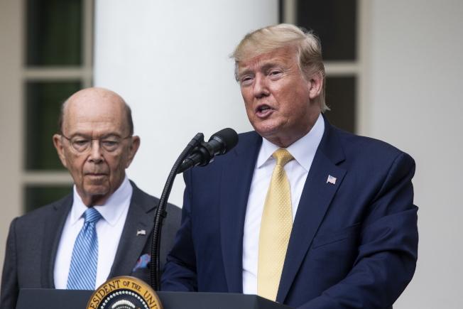 美國商務部長羅斯(左)傳出最快可能在今年夏天丟官。 歐新社
