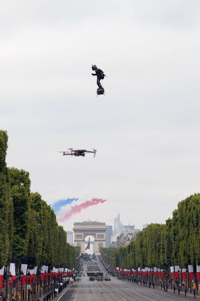法國14日舉行年度國慶閱兵,展現歐洲軍事合作和大量新穎軍事科技,突然天降神兵,展現「飛行滑板」的軍事運用潛能,獲得各國領袖喝采。圖╱Getty Images