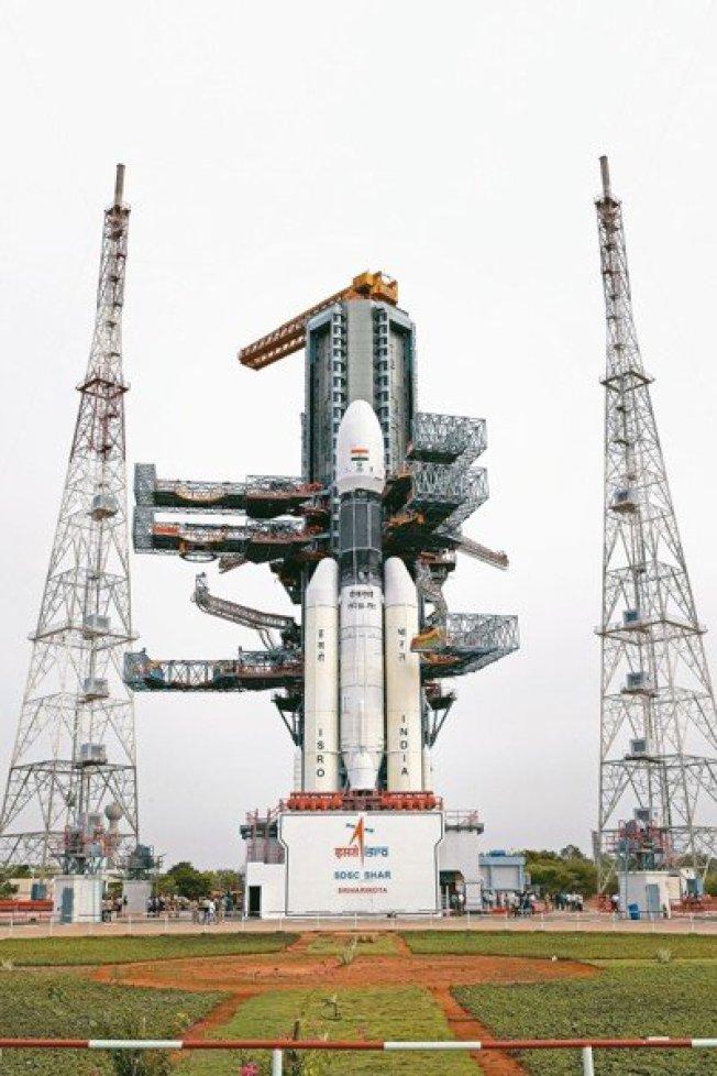 印度「月球飛船二號」原預計15日凌晨發射,但卻因技術性問題臨時喊卡。 美聯社