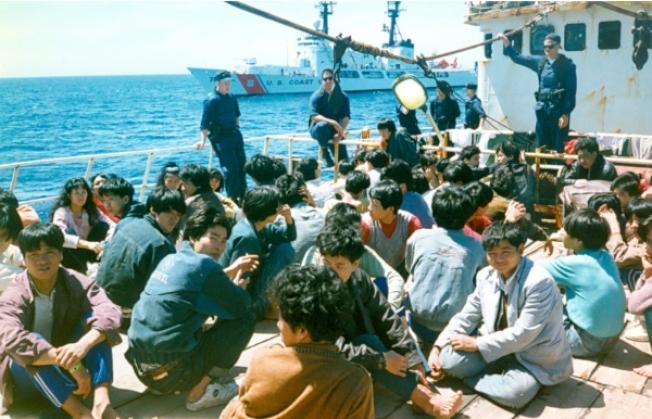 1993年「金色冒險號」的偷渡者在皇后區洛克威海灘登陸。(黃克鏘提供)