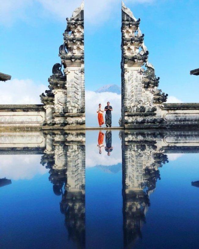 印尼峇里島知名景點「天堂之門」,美麗的湖面不過是一面「鏡子」製造的效果。圖擷自Polina Morinova推特