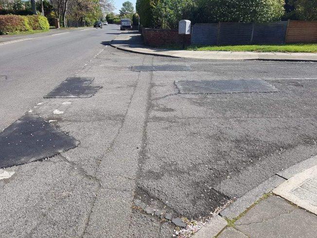 在居民惡搞塗鴉後,政府立刻派人修補坑洞。圖擷自Facebook