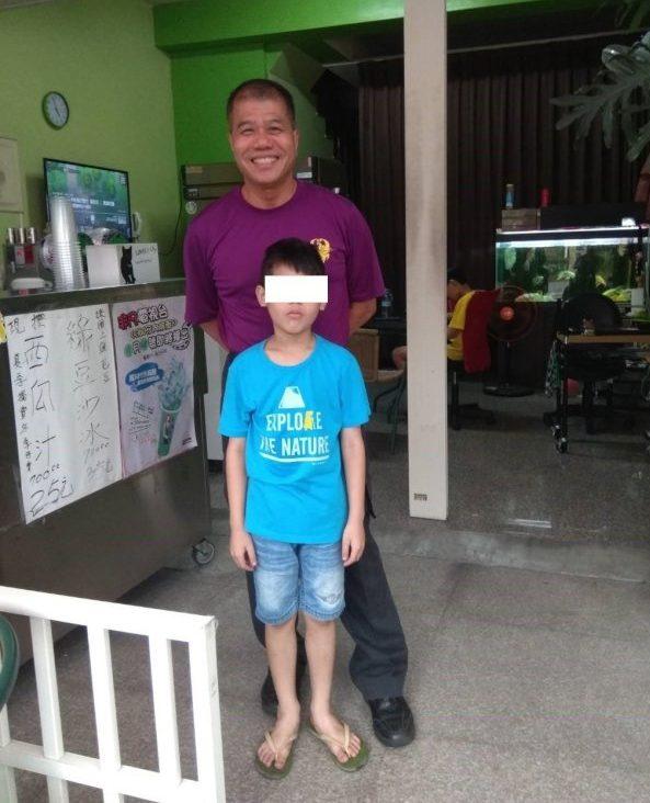 小隊長曾國勝和隊員救出的男童,是他8年前在救護車為急產婦人接生的男嬰。記者鄭國樑/翻攝