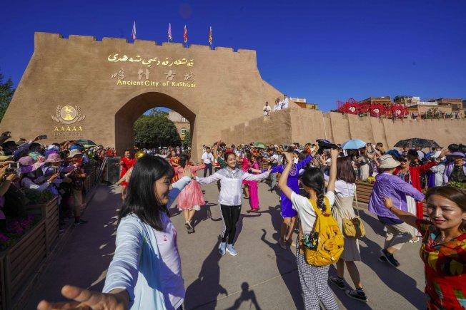 在中共精心規劃下,新疆當地少數民族文化變成賣點,遊客卻完全見不到這些族群面臨的恐懼。圖為新疆喀什古城景區。新華社