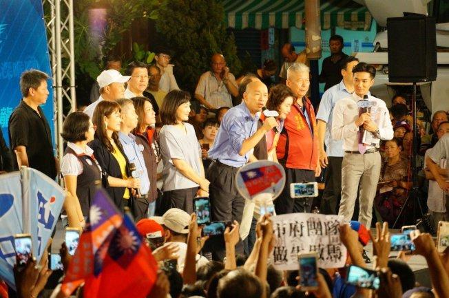 高雄市長韓國瑜上中天電視台「新聞深喉嚨」節目接受專訪,韓國瑜說,他一定爭取帶職參選,永遠跟市民在一起;他也表示會盡最大誠意,拜託所有參賽者團結起來打拚。記者林伯驊/攝影