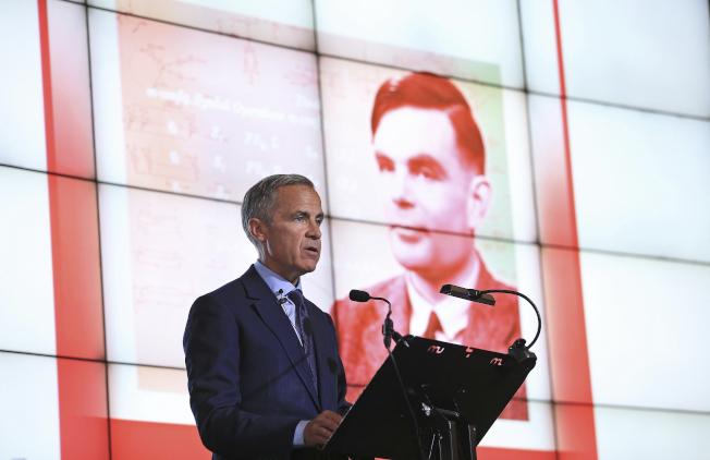 圖為英格蘭銀行總裁卡尼(Mark Carney)宣布,新版50英鎊鈔票的頭像選定為二戰解密英雄圖靈。美聯社