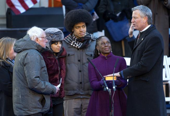 白思豪(右)2018年1月宣誓就任第二任紐約市長,兒子丹特(中)觀禮。美聯社