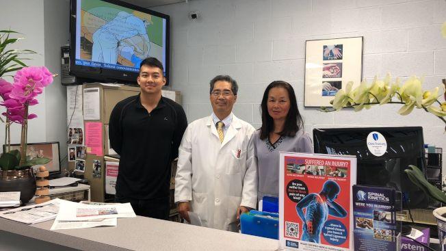 芝加哥脊椎神經專科伍顯楊醫生(中)和他的團隊合影。