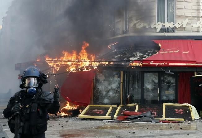 法國知名餐廳Fouquet's三月在黃背心運動中被遭縱火。美聯社