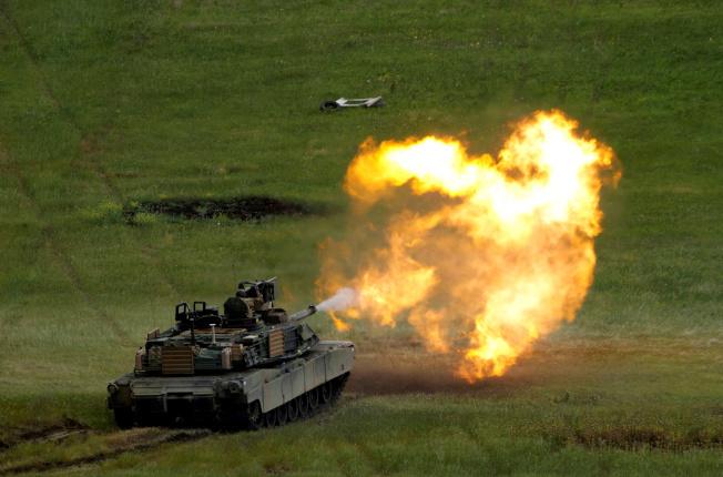 國務院8日批准對台出售逾22億美元的戰車等軍備,行政部門已知會國會。圖為「地表最強戰車」的M1A2主戰坦克。(路透)