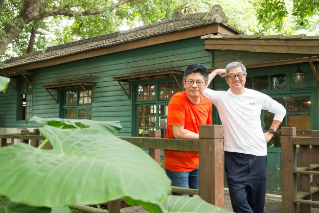 王偉忠(右)藉《往事只能回味》整理兄弟情、美國夢的大課題。(陳立凱/攝影)