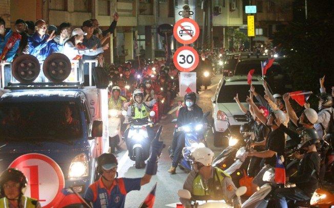 韓國瑜去年在鼓山區車隊掃街拉票,許多韓粉騎機車跟著車隊一起遊街場面熱鬧。 圖/聯合報系資料照片