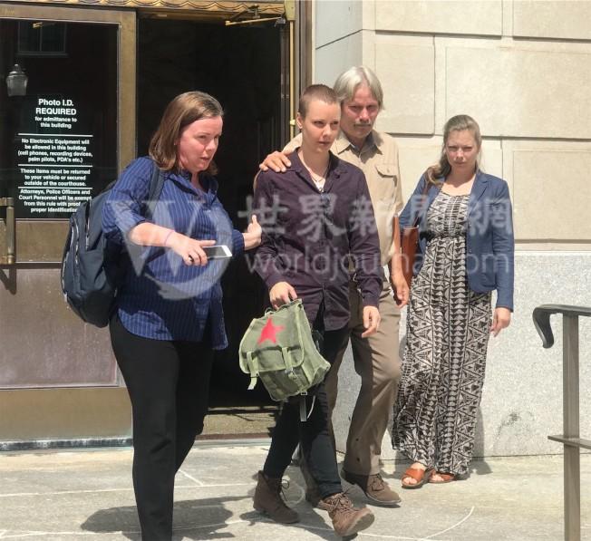 克里斯汀森的妹妹(左二)15日出庭作證。(特派員黃惠玲╱攝影)