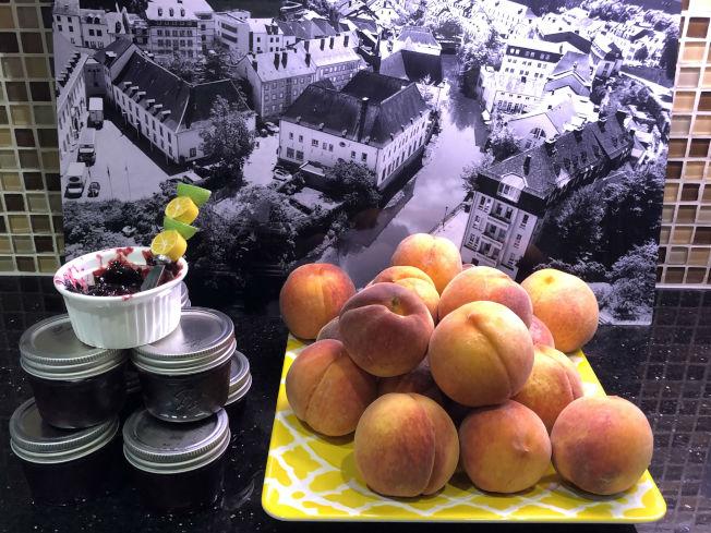 滿載而歸之後的戰利品:桃子與自製的現採黑莓果醬。(記者陳淑玲/攝影)