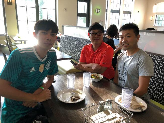 左起台灣派出的扯鈴及體育老師蕭鴻偉、僑教中心Amos及功夫老師孫帥。(記者陳淑玲/攝影)