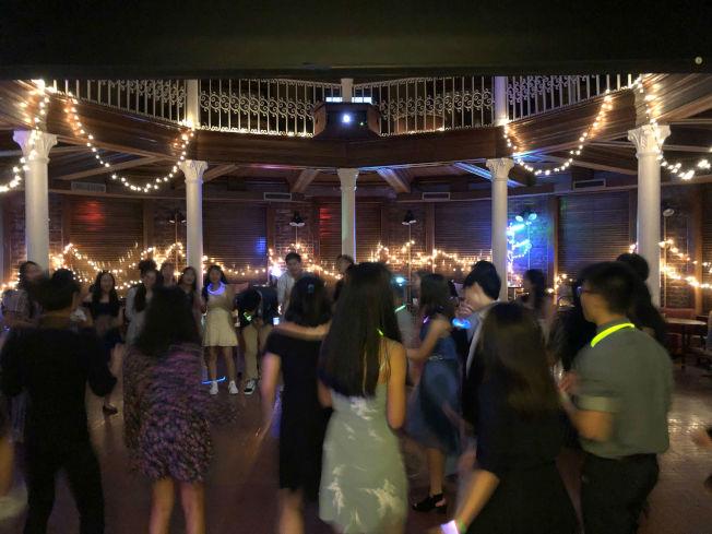 12日晚間的舞會,學員們盛裝出席,有如美國高中的畢業舞會。(記者陳淑玲/攝影)